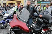 Roman Stuchlík a jeho nejnovější motocykl Harley-Davidson, který si vysnil před mnoha dlouhými lety.