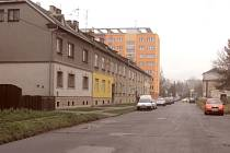 Vrchlického ulice v Krnově se musí vypořádat s dědictvím socialismu a privatizace. Část této vozovky patří Strojosvitu a část zkrachovalé slévárně SKS, která je také vlastníkem pozemku pod asfaltem.