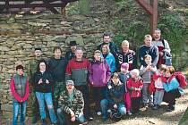 Klub Za starý Bruntál uspořádal minulou sobotu úklid ojedinělé technické památky pece na pálení vápence, která je v lese nedaleko Razové.