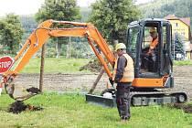 Skrývku zeminy ukončí stavbaři během několika dnů.
