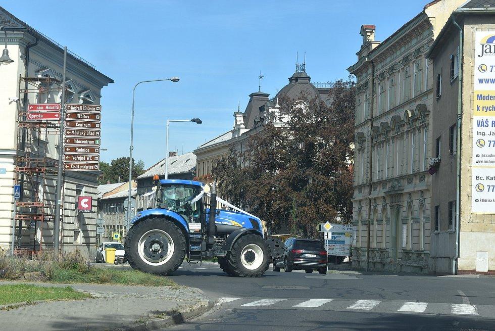 Na Cvilíně bylo v sobotu pořádně živo. Fanoušci povzbuzovali běžce do schodů, a svatebčané vítali ženicha s nevěstou na traktoru.