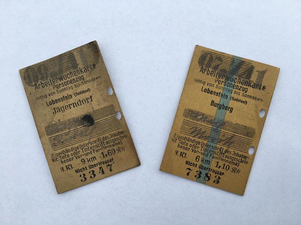 Jízdenky z roku 1941, nalezené na půdě při rekonstrukci železniční zastávky, daroval starosta Úvalna starostovi Krnova.