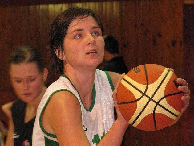 Basketbalistky krnovské Lokomotivy podlehly v úterním zápase 4. kola Českého poháru ze 17. listopadu 2009 Hradci Králové 75:102.