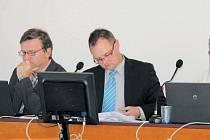 Vedení města Bruntál vzalo na vědomí plán zimní údržby. Zleva místostarosta Vladimír Jedlička a starosta Petr Rys.