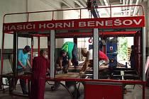Hasiči z Horního Benešova jsou nejen téměř na úrovni profesionálních hasičů, ale také mechaniků. Za finanční pomoci města v zázemí benešovských firem repasují cisternu na podvozku Liaz.