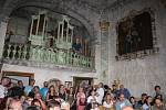 První prohlídkovou trasu a první historické expozice představily návštěvníkům zámku Hošťálkovy památkářka Ľubica Mezerová a kastelánka Andrea Šírová