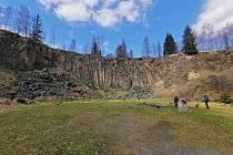 Lávový proud u Meziny tvoří kamenné varhany, které najdeme v bývalém lomu.
