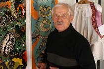 František Orság, vedoucí Galerie Marie Kodovské a správce díla v Rýmařově a práce naivní umělkyně Marie Kodovské.