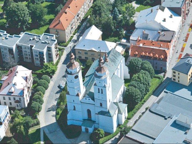 Kostel Sv. Martina má dvě věže, jedna patří církvi a druhá je městská. Nyní farnost a město spojily své síly, a podařilo se jim získat dotaci 8,5 milionu na zpřístupnění a zabezpečení věží, aby mohly sloužit jako vyhlídka.