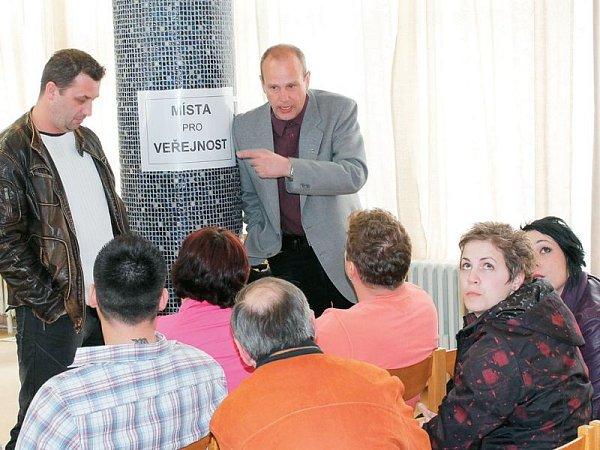 Provozovatelé restaurací a heren vdiskusi sradním Jiřím Pozdíškem (Bruntál 2010).