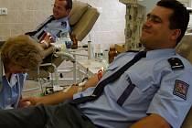 Také policisté z bruntálského regionu darovali v rámci severomoravské krajské akce dobrovolně krev na transfuzním oddělení v budově bývalé polikliniky na Nádražní ulici.