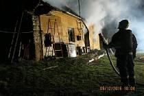Zásah hasičů u požáru střechy staršího rodinného domu v Horních Životicích na Bruntálsku.