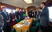 Vlak sestavený z vagonů, kterými cestovali českoskoslovenští prezidenti, vyrazil na turné po Česku a Slovensku. Výraznou stopu v něm zanechali řemeslníci z Krnovska a Ostravska.
