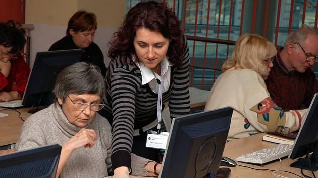 Senioři zdolávají nástrahy internetu. Ilustrační foto