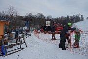 Lyžařský areál Vraclávek vyhledávají lyžaři z Krnovska a Opavska, především rodiny s dětmi. Funguje zde půjčovna lyží, lyžařská škola, restaurace.