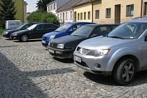 Řada stojících aut ztěžuje dopravní situaci v celém Bruntále, zvláště pak v okolí centra. Řadu zaparkovaných aut mužete vidět i na Okružní ulici (na fotografii).
