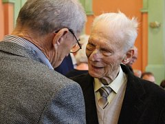 Petr Beck si převzal ocenění na mimořádném zasedání bruntálského městského zastupitelstva ve Společenském domě.