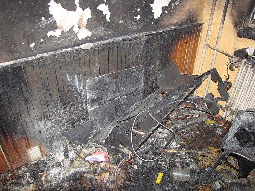 Jeden mrtvý a čtyři zranění. Taková je bilance večerního požáru ve Vrbně pod Pradědem.