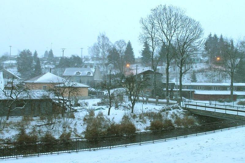 Paní Zima zaúřadovala v noci na pondělí 25. listopadu poprvé v Bruntále a jeho okolí. Sníh na silnicích komplikoval dopravu například u Oborné.
