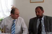 Ministr zemědělství Petr Gandalovič (vlevo) znepokojil obyvatele obce plánem výstavby malé přehrady. Vedle něj starosta Radovan Jílka.