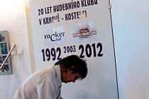 VÝSTAVA O HISTORII hudebního klubu v Krnově vznikala měsíce výběrem z databáze tisíce fotografií. Celý týden se pak instalovala.