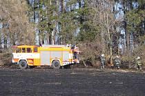 Sedm hasičských jednotek vyjelo v úterý 8. března po poledni k původně požáru trávy v obci Krasov na Bruntálsku.