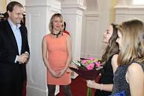 Petrin prošel ministr školství, mládeže a tělovýchovy Marcel Chládek. Vítali jej pedagožka Michaela Mikulková i žákyně Elena Finsterlová a Vendula Dočkálková (zleva).