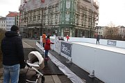 Chcete si vyzkoušet syntetický led, který nestudí? Na krnovském náměstí je kluziště zdarma.
