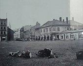 záběr na Hobzíkovu ulici s podloubím. Domy zcela vlevo šly k zemi a uvolnily místo pro stavbu Prioru. Vlevo bývala galanterie. Pamětníci vzpomínají na skvělé zmrzliny a koktejly v mléčném baru (zcela vpravo).