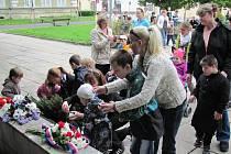 Vzpomínka na osvobození Krnova. Namísto studentů a žáků přišly zapálit svíčku k památníku před krnovským gymnáziem postižené děti o které pečují pracovníci Slezské diakonie.