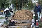 Edgar Kosař (v čepici) se domluvil s dědečkem, že jednou bude vlastnoručně pomáhat při kopání jeho hrobu.