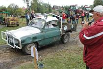 U rybníku v Andělské Hoře bylo v sobotu veselo. Účastníky traktoriády aneb soutěže netradičních vozidel nezastavil před zápolením ani déšť, ani všudypřítomné bahno.
