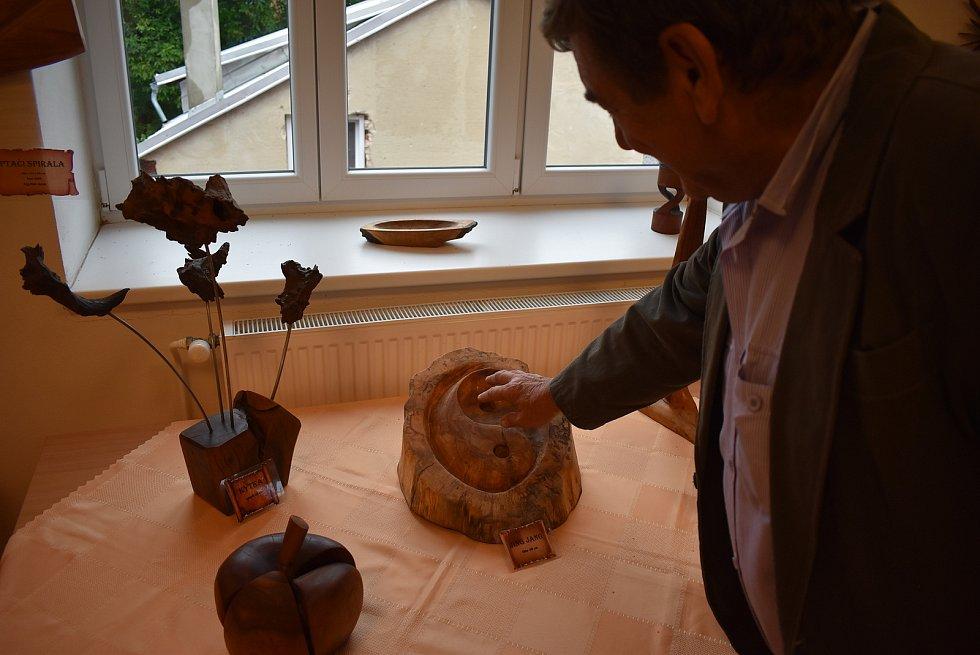 Petr Kruk v Bartultovicích představil svou celoživotní zálibu ve dřevu. Dokáže na něm vytvořit Lichtenbergovy obrazce, neboli zuhelnatělé stopy po vysokém napětí.