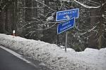 Skřítek, 13. března 2021. Za běžné situace by  byl rájem běžkařů. Policisté zastavují auta, která přejíždějí hranici mezi okresy Šumperk a Bruntál.