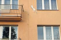 Balkon s pokřiveným zábradlím, protržené zateplení fasády a prohnutá okenní římsa. Takovou památku po sobě zanechal strom, který od nepaměti rostl před domem v Jiráskově ulici v Krnově.