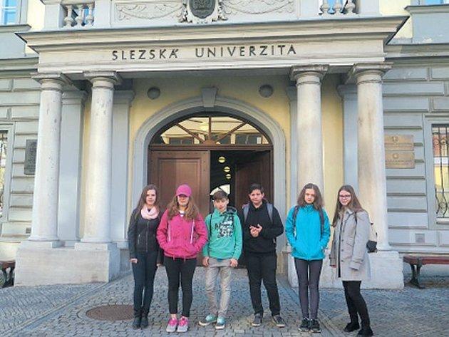 Žáci albrechtické základní školy před Slezskou univerzitou, kde se konala soutěž ve čtení německých textů.