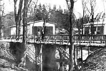 Původně dřevěný most přes Černý potok u vstupu do bruntálského městského parku.