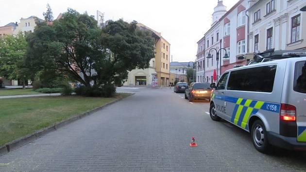 Na tomto místě před pivnici na krnovském náměstí došlo ke střetu cyklistů. Policie hledá svědky.