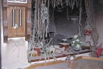 Obývací pokoj shořel od nestřežené zapálené svíčky 2. listopadu ráno v rodinném domku v Lomnici.