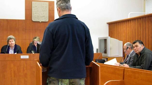 Jiří Hlavík (vpravo) u soudu i před jedním z pěti poškozených (zády uprostřed) popřel, že by někoho uvedl v omyl a cítil se nevinen.
