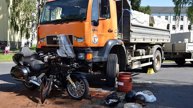 Následky střetu motorky s náklaďákem v Bruntálu byly hrozivé.