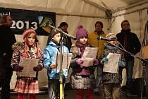 Česko zpívá koledy. Lidé si na bruntálském náměstí Míru zazpívali kolegy spolu s kapelou Arrest a dětmi ze Základní školy Okružní.
