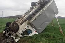 Tři jednotky hasičů zasahovaly ve čtvrtek odpoledne ve Městě Albrechticích-Linhartovech u nehody dodávkového automobilu, který skončil v příkopu na střeše.