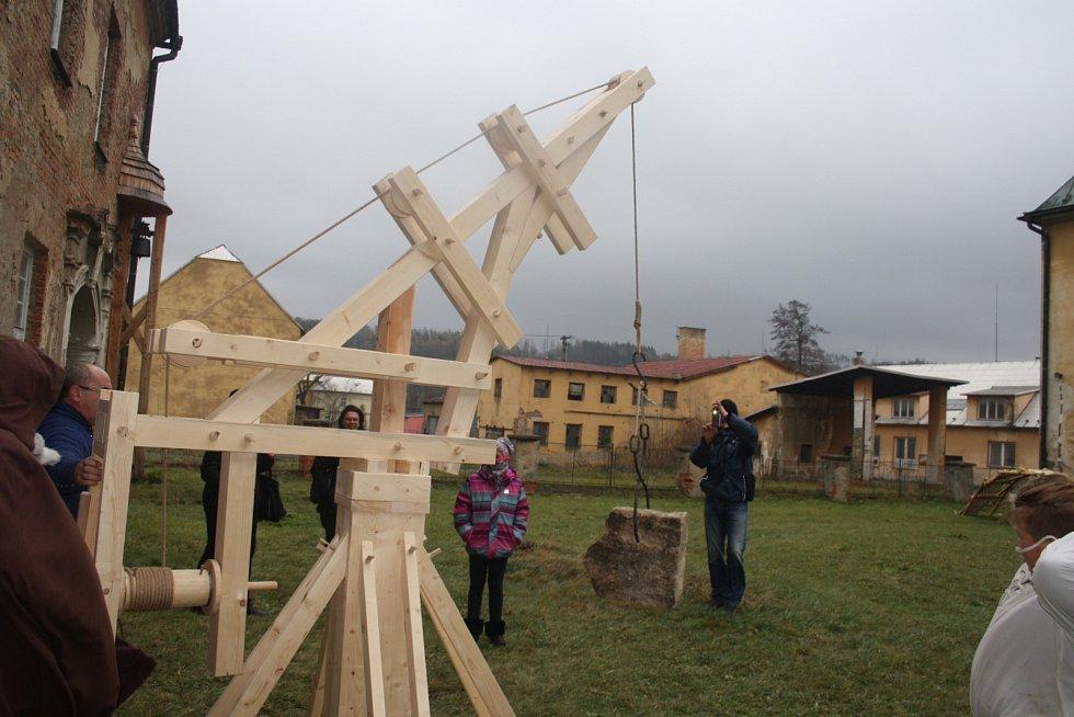 Zámek Hošťálkovy má díky Společenství severských pánů novou atrakci: most a jeřáb postavené podle plánů Leonarda da Vinci.