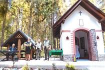 Svěcení nové kapličky v Lomnici u Rýmařova v sobotu provázely vůně kadidla, operní zpěv i fanfáry trubačů, kteří vzdali hold svatému Hubertovi.