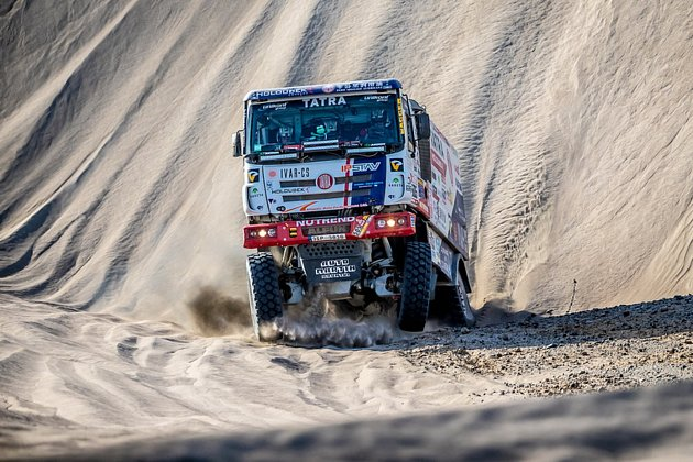 Jednička týmu Tatra Buggyra Racing Martin Kolomý pomohl zpět na kola průběžnému lídrovi mezi kamiony Rusovi Nikolajevovi.