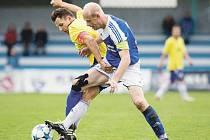 Čtyři góly inkasovali fotbalisté Jiskry na svém hřišti a navíc přišli o zraněného kapitána Jiřího Furika (ve žlutém).