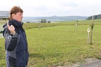 Genofond ovocných dřevin Nízkého Jeseníku se nalézá v dolní části Razové, nedaleko břehu Slezské Harty. V pozadí přehrada a vyhaslé sopky Velký a Malý Roudný, vepředu je Pavel Kolář z MAS Nízký Jeseník.