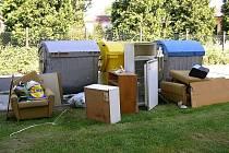 Byt po zemřelém vyklízeli pozůstalí minulý týden na Dlouhé ulici v Bruntále. Nepotřebný nábytek odnosili k nejbližším kontejnerům, za což byli pokáráni příslušníky městské policie. Ti je upozornili na to, že musí vybavení odvézt na sběrný dvůr.