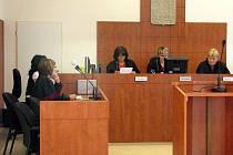 V soudní síni zasedal jen senát vedený bruntálskou soudkyní Janou Janečkovou, vlevo státní zástupkyně Alena Pavláková. Obžalovaný Jiří K. nepřišel.